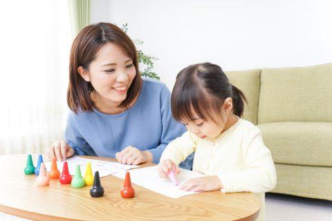 お絵かきをする母と子ども