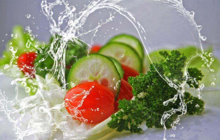 水しぶきと野菜