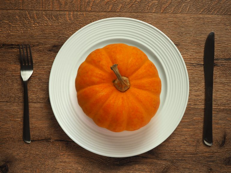 食卓にまるごとのかぼちゃ