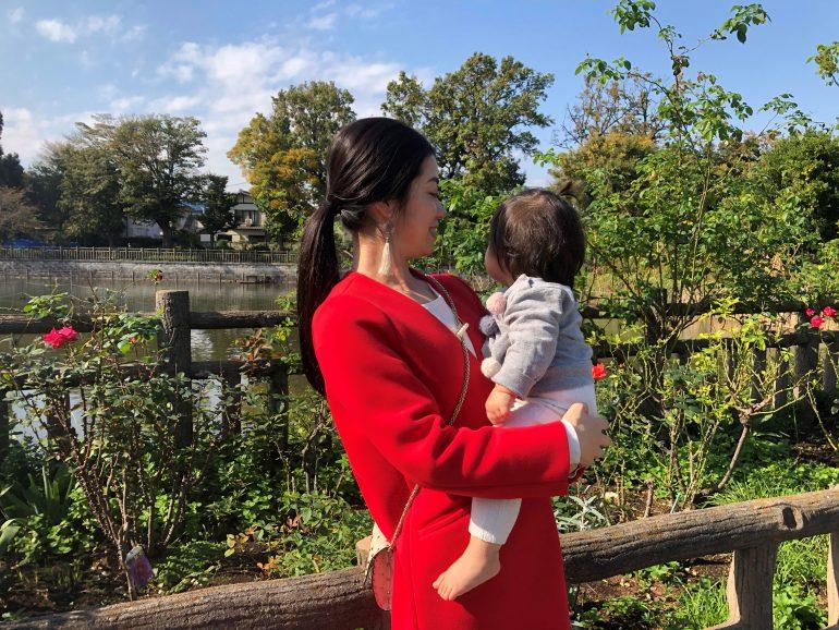 子どもを抱っこする元井里奈さん
