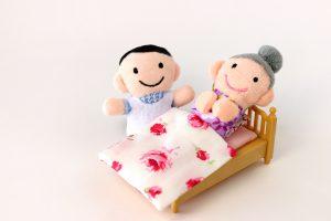 介護をする様子のクラフト人形