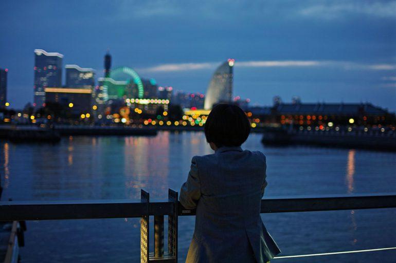 横浜の夜景を見る安紗弥香さん