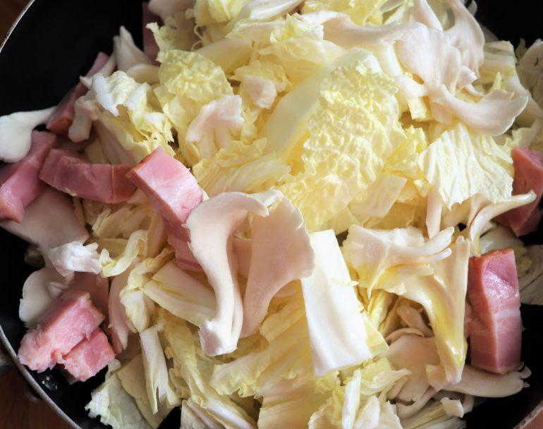 白菜とブロックベーコンと舞茸、たまねぎ