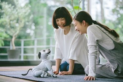AIBOで遊ぶ母と娘