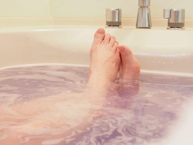 入浴中の足