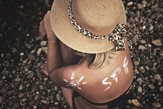 麦わら帽子と南国の女性