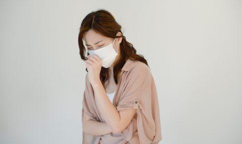 マスクで苦しそうな女性