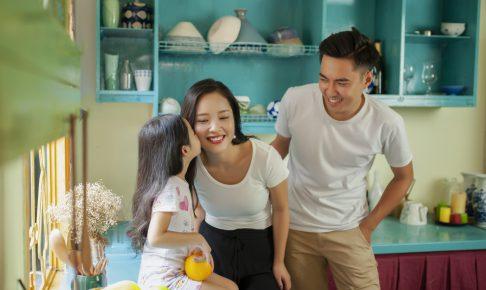 キッチンでの家族風景
