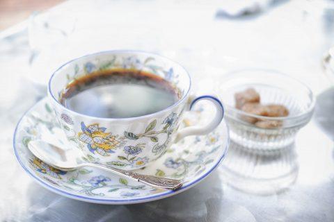 磁器カップとコーヒー