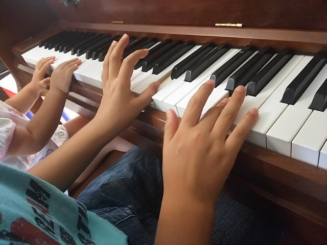 ピアノで遊ぶ子ども