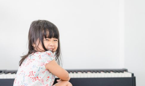 ピアノの前の女の子