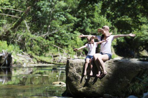 川のほとりの母と娘