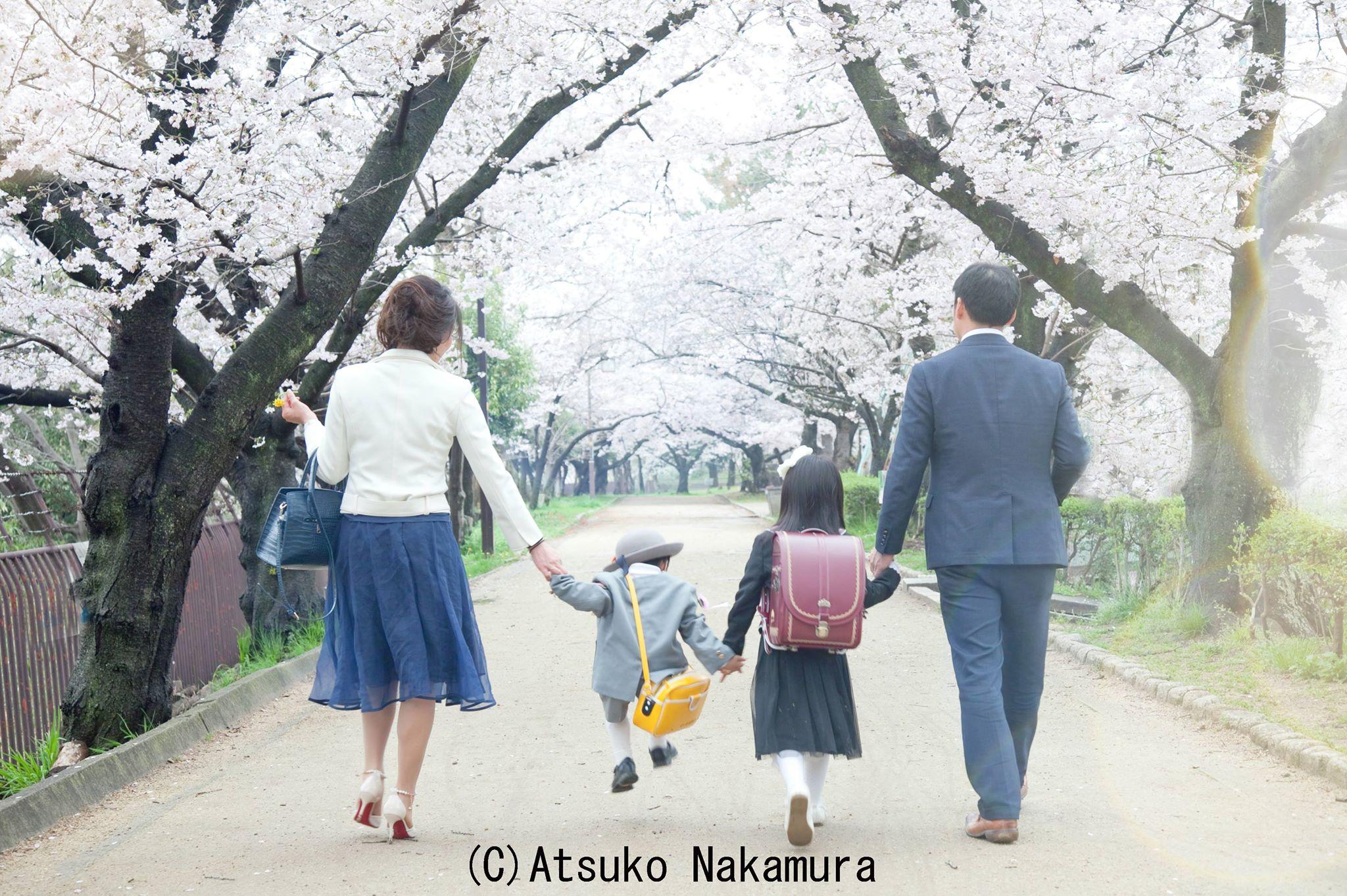手を繋いで入学式に向かう親子
