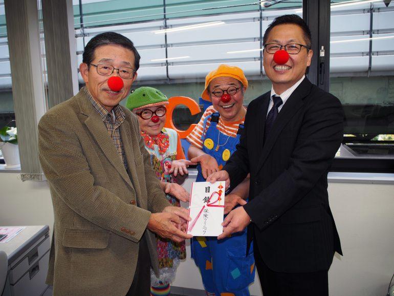 日本クリニクラウン協会から目録授与の様子