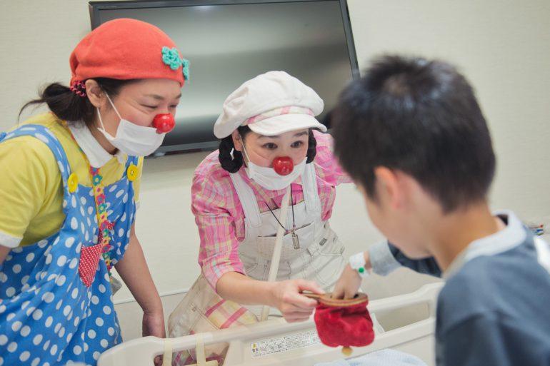 入院生活を送る子どもの病室を定期的に訪問する様子