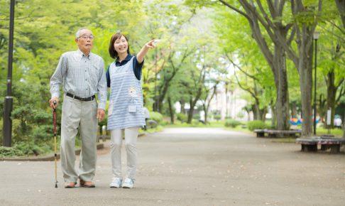お散歩中の介護士とお爺さん