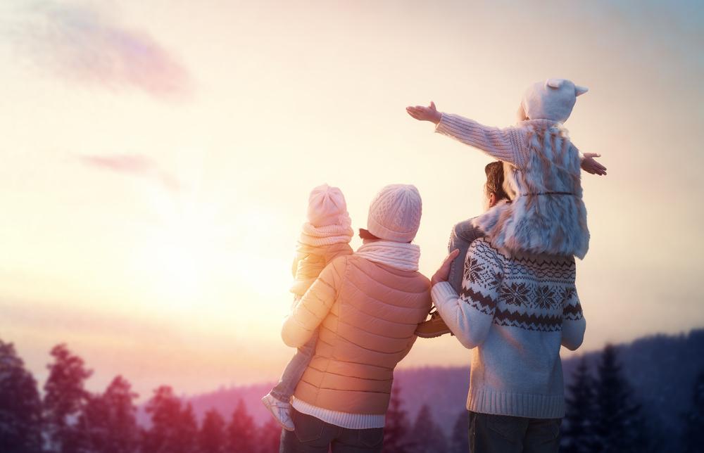夕日を見る家族