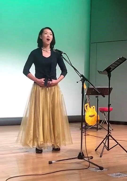 舞台に立つ藤山あゆみ