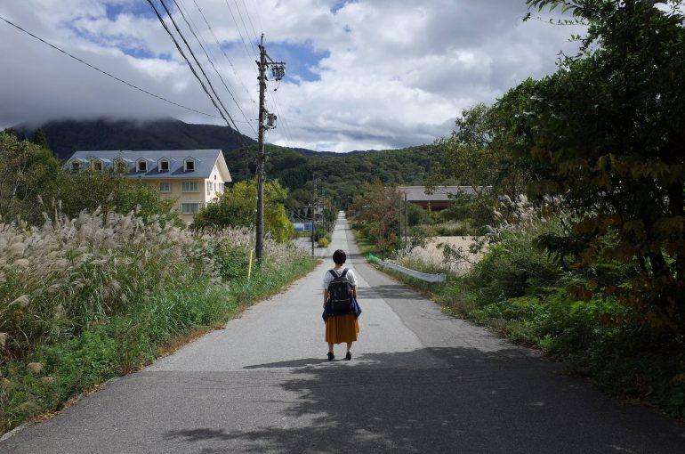 道路に佇む安紗弥香さん