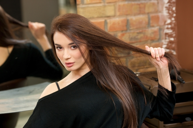 髪の毛をひっぱる女性