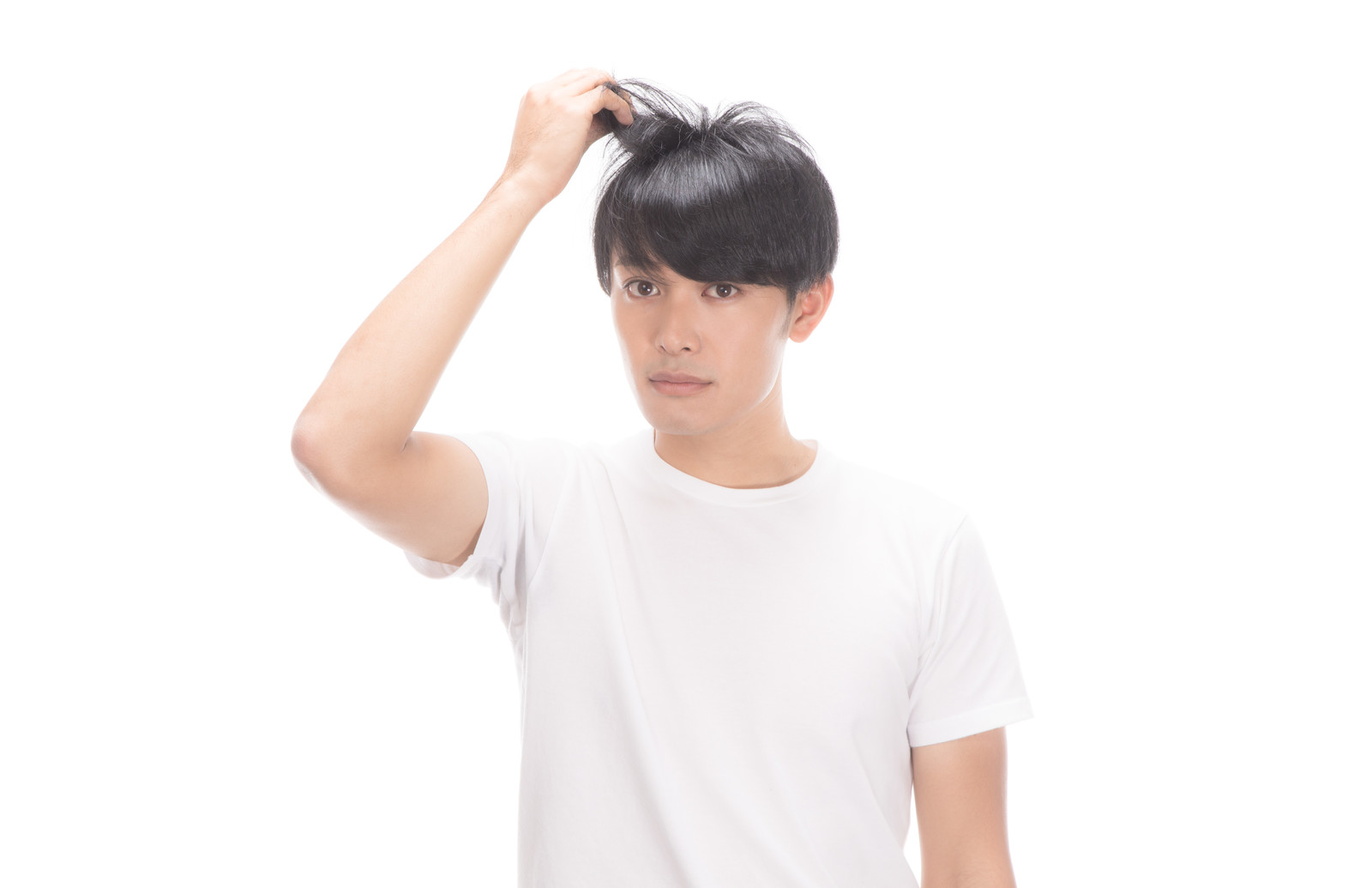 髪の毛を気にする男性