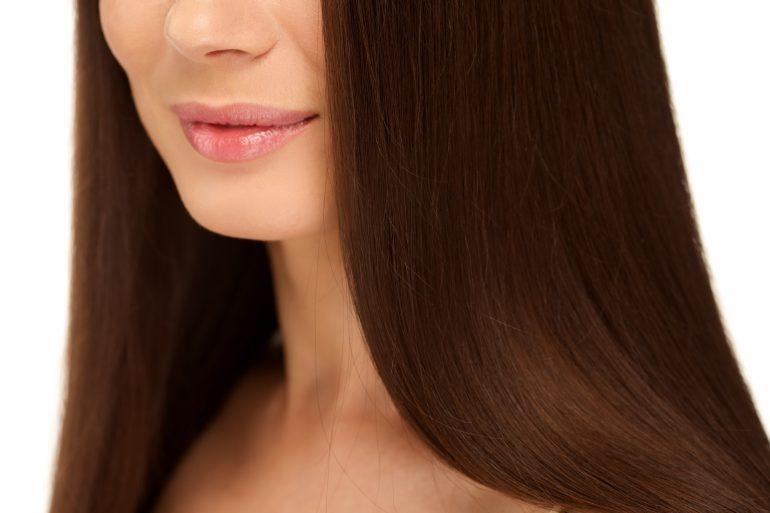 ストレートの髪の女性