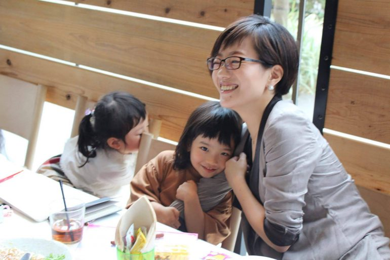 岡本真梨子さんと子どもたち
