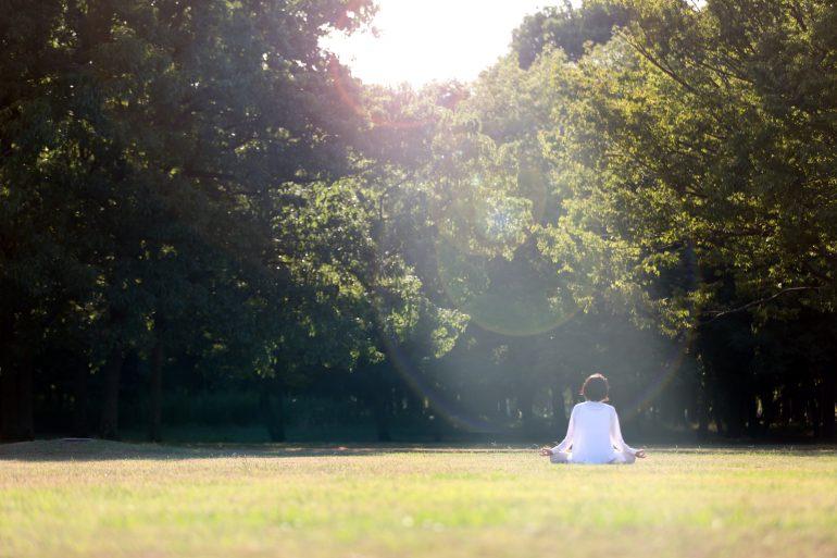 公園で座禅を組む