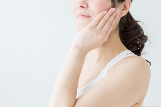 頬を触る中年女性