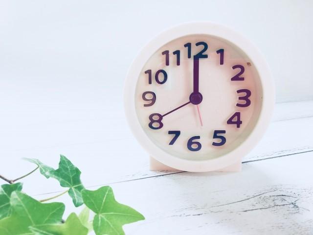 12時を指す置き時計