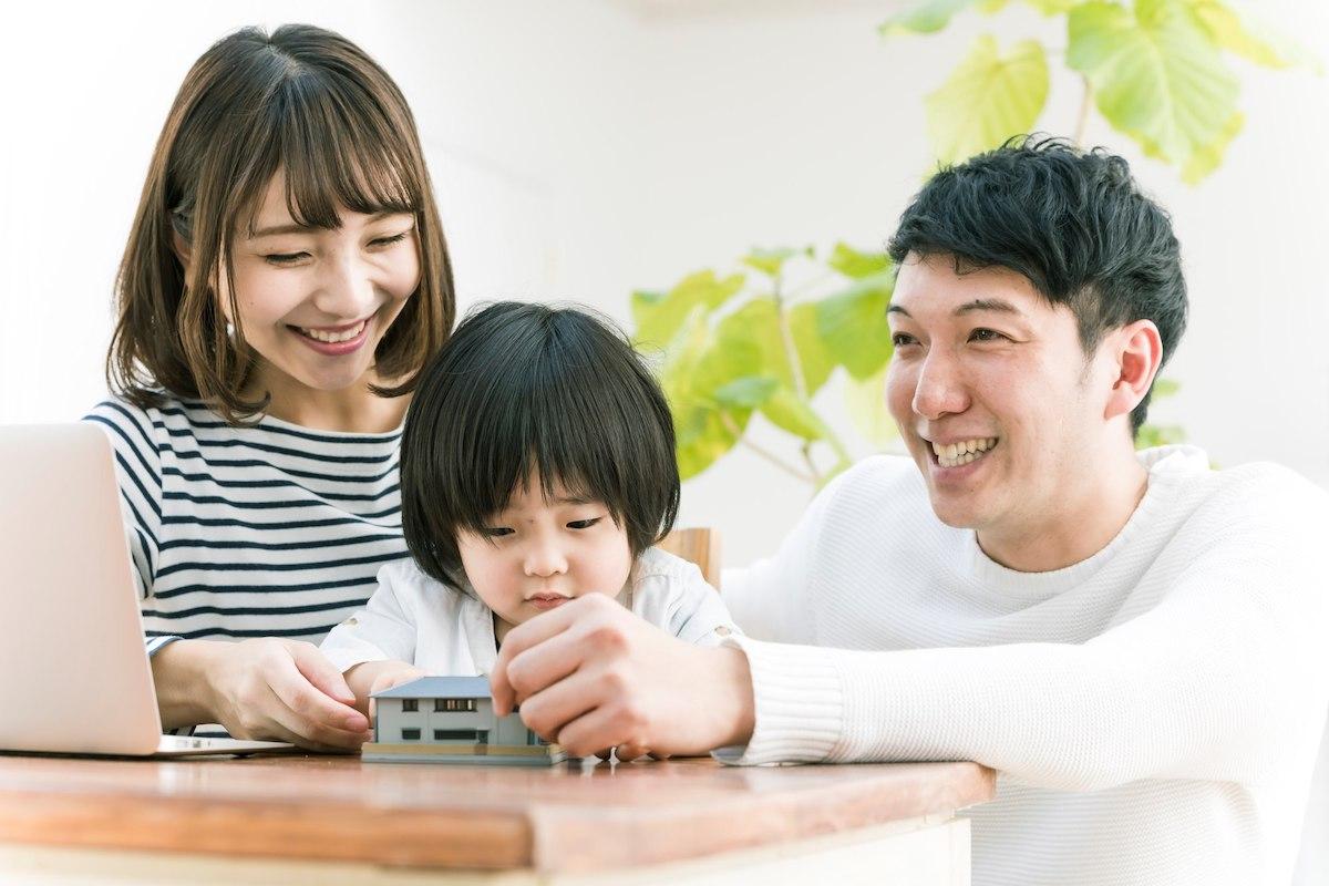 家の模型を見る家族