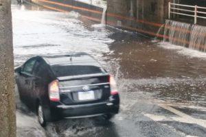 水に突っ込む自動車