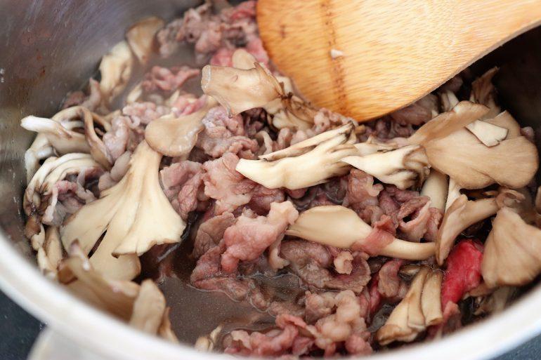 マイタケと牛肉を煮込む