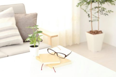 メガネが置いてある机