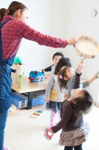 子どもたちと遊ぶ髙橋 明日香(たかはし あすか)さん