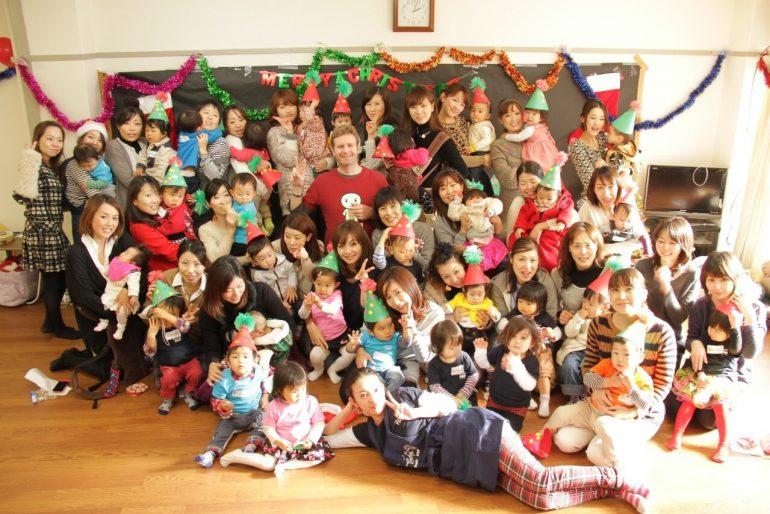髙橋 明日香(たかはし あすか)さんと子どもたちの集合写真