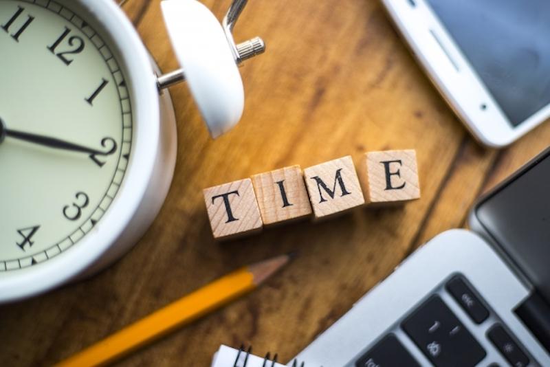 時計の積み木と、目覚まし時計