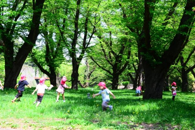 外で遊ぶ子供たち