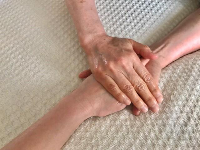 手にクリームを塗る