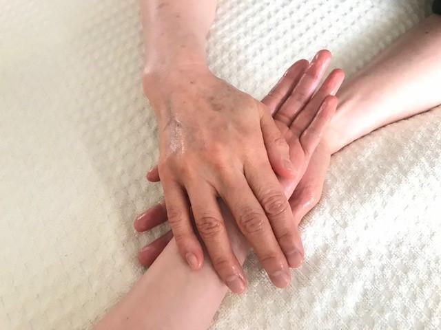 手のひらをマッサージする