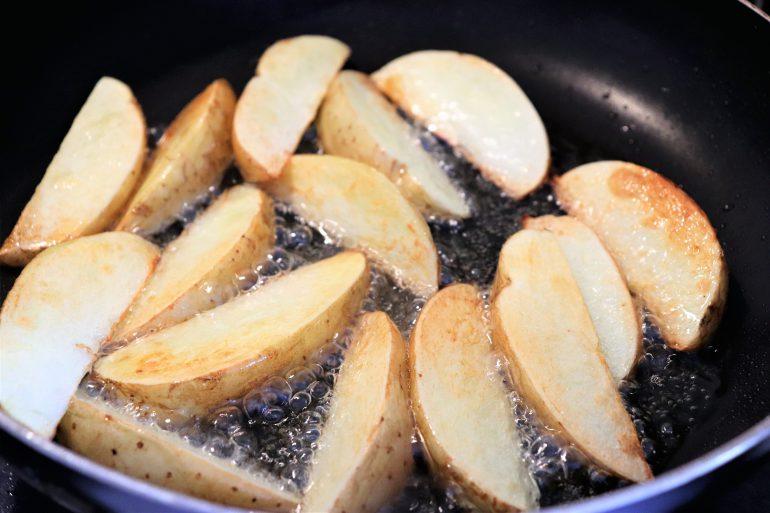 フライパンで焼くジャガイモ