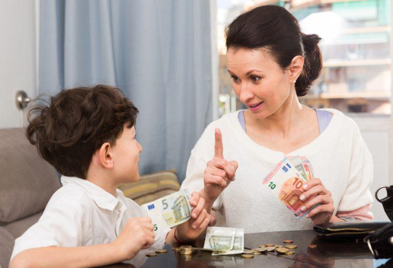 お金のことを子どもに教える母親