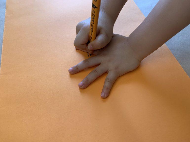 色画用紙に手形をとります。