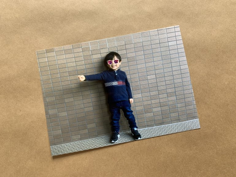 腕を横に伸ばした状態で撮影した子供の写真
