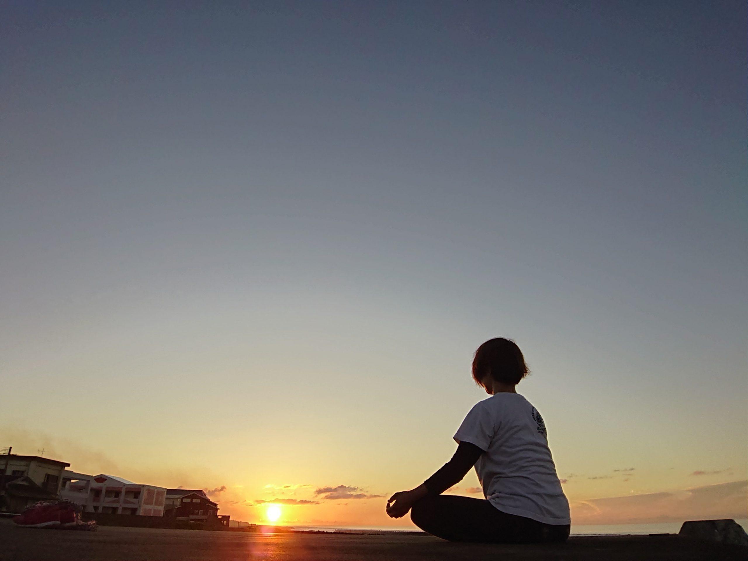 福原由美子さん後ろ姿と夕日