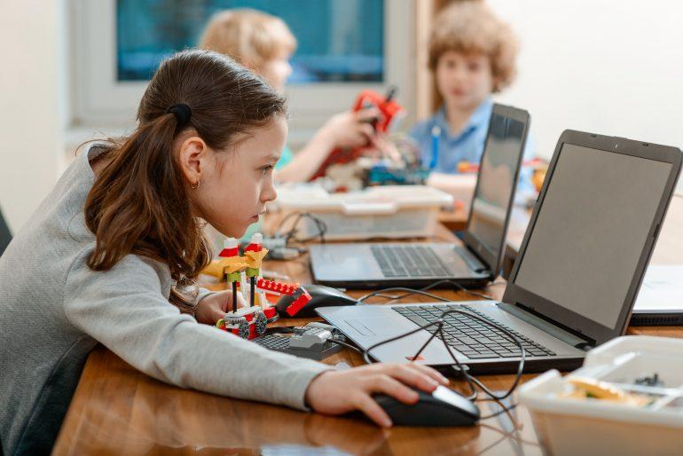 子どもがPCで学ぶ様子