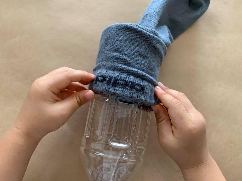 ペットボトルに靴下をかぶせる