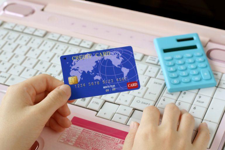 クレジットカードとキーボード