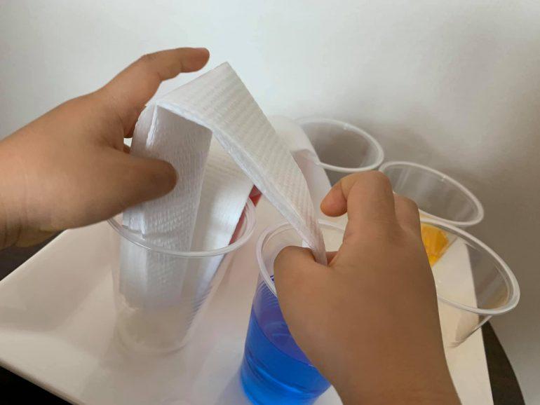 ペーパータオルを水に浸す