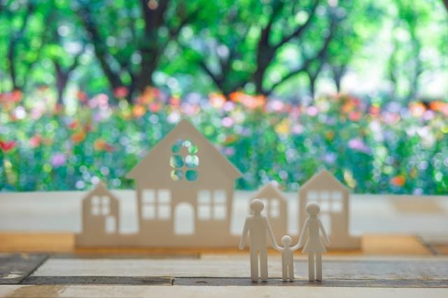 家と家族の人形イメージ